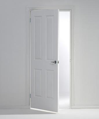 Otwarte białe drzwi